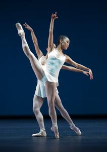 b13_Concerto_Barocco_03_FOTO_Gert_Weigelt_(C)_The_George_Balanchine_Trust.jpg